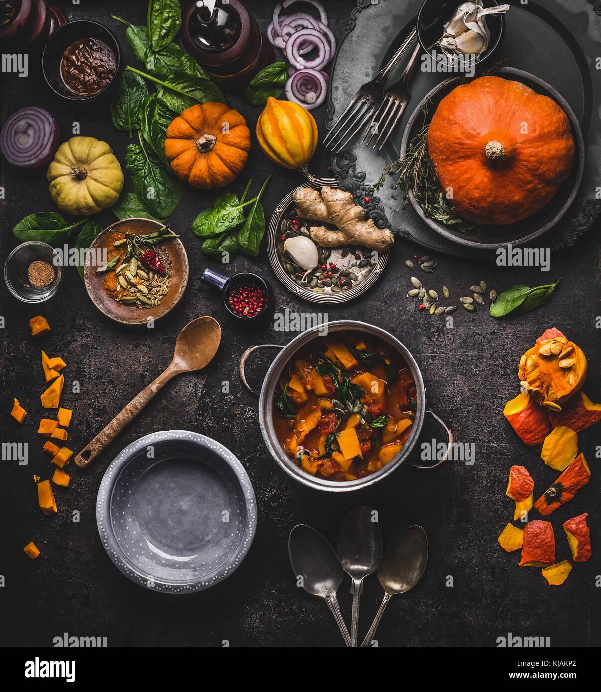 herbst und winter kochen und essen mit k rbis gerichte vegetarischen eintopf in kochtopf mit. Black Bedroom Furniture Sets. Home Design Ideas
