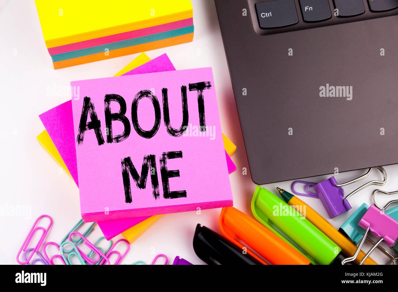 Schreiben Text über mich Übersicht im Büro mit Umgebung wie Laptop, Marker, Pen gemacht. Business Stockbild