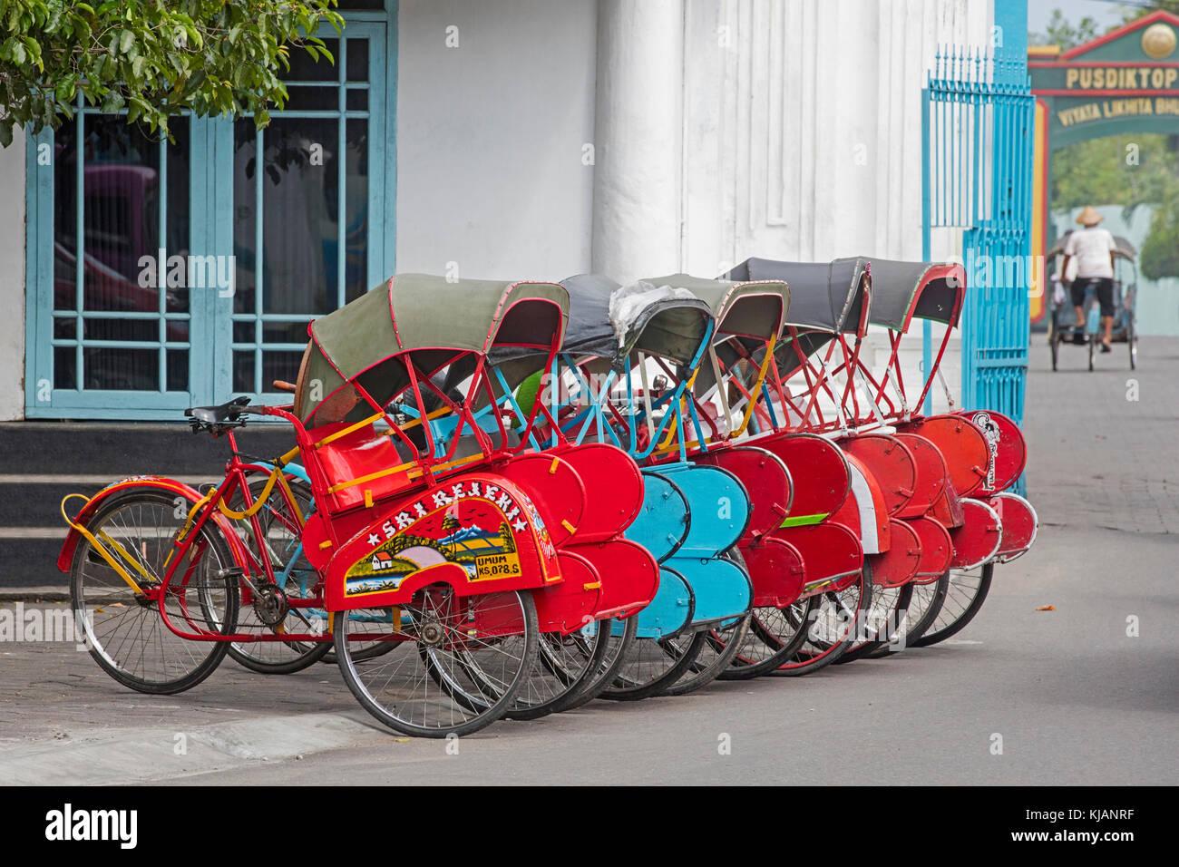 Zyklus Rikschas/becaks für die öffentlichen Verkehrsmittel in der Stadt Solo/Surakarta, Central Java, Stockbild