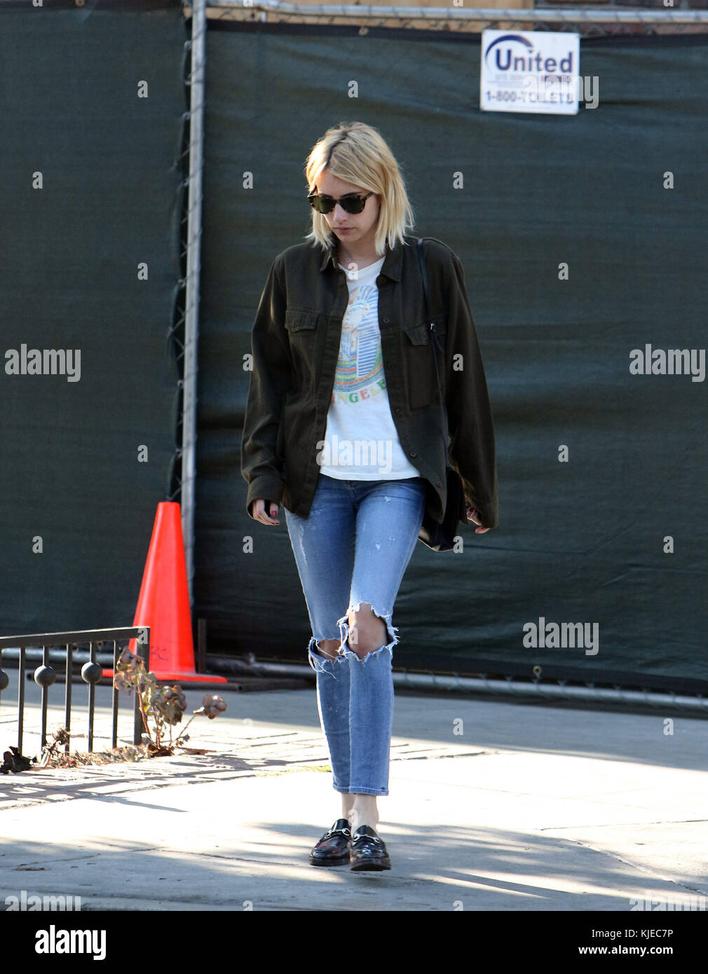 408429239266 Los Angeles, Ca - Juli 05  Emma Roberts schneidet eine stilvolle Figur in  distressed
