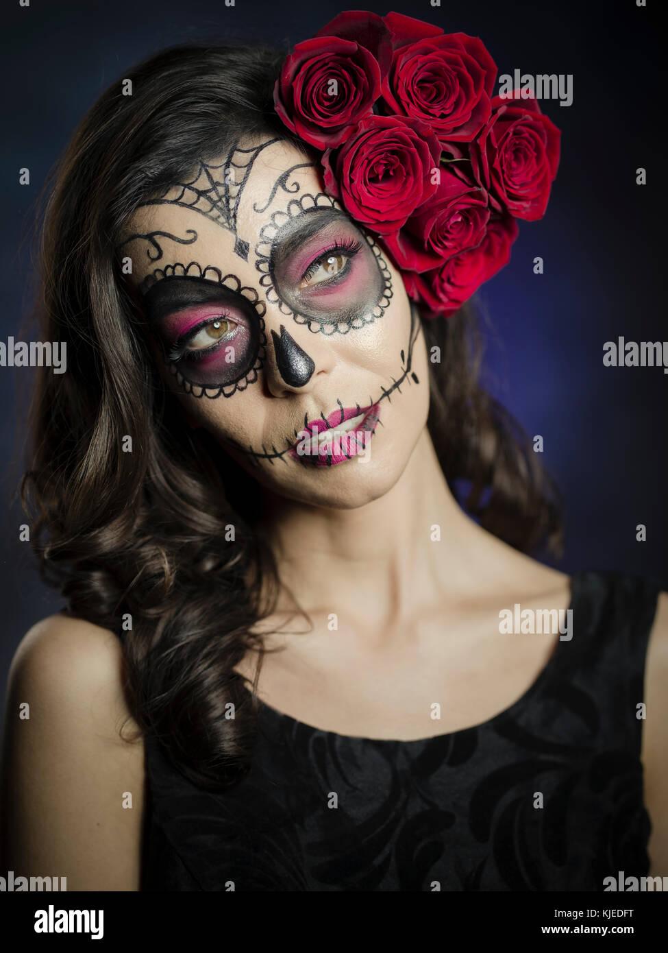 Schöne mexikanische amerikanische Frau feiern Día de los Muertos (Día de Muertos) ist der mexikanische Stockbild