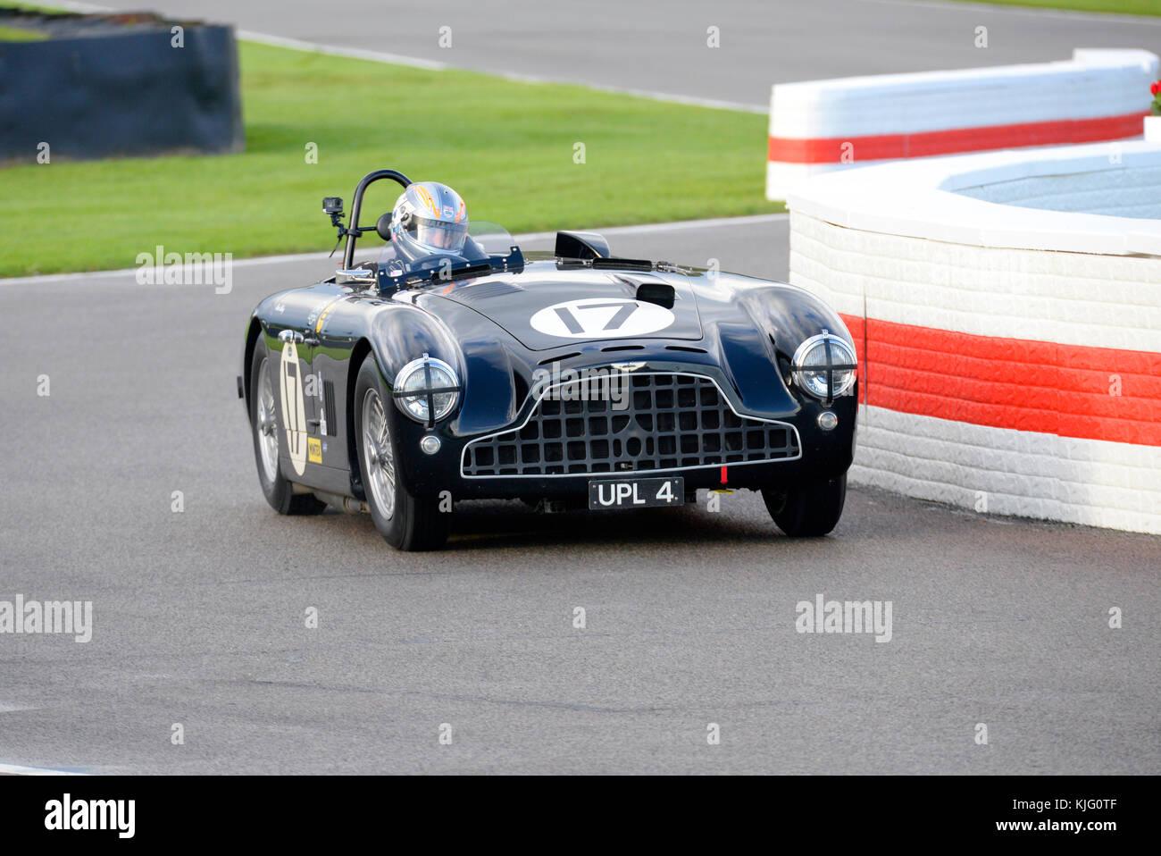 1952 Aston Martin DB 3 von Martin Melling von Rob Hall racing in Goodwood Revival 2017 angetrieben. Platz für Stockbild