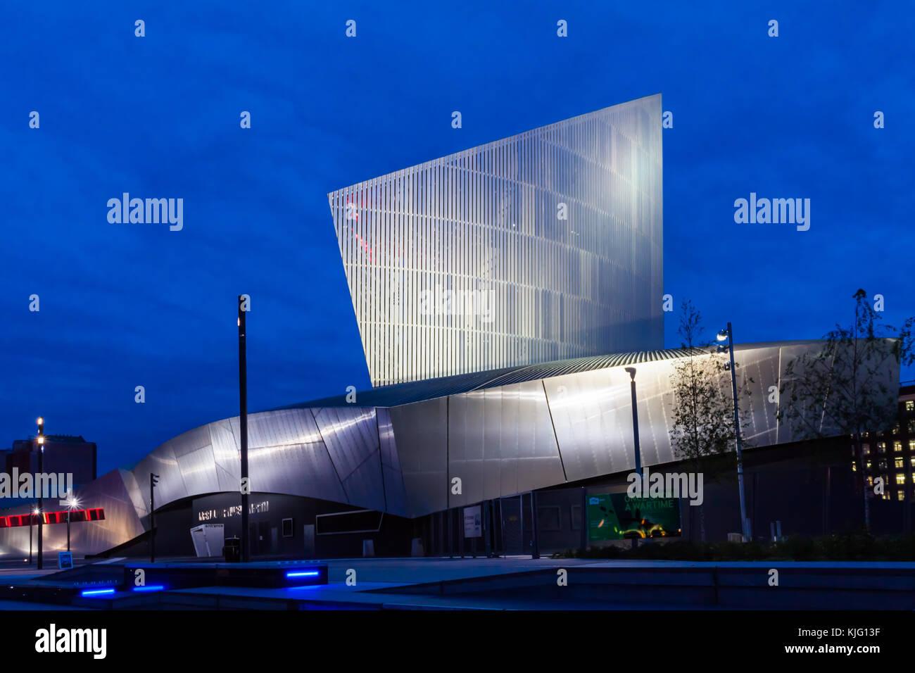 Blick auf das Imperial War Museum North in den frühen Abend. Stockbild