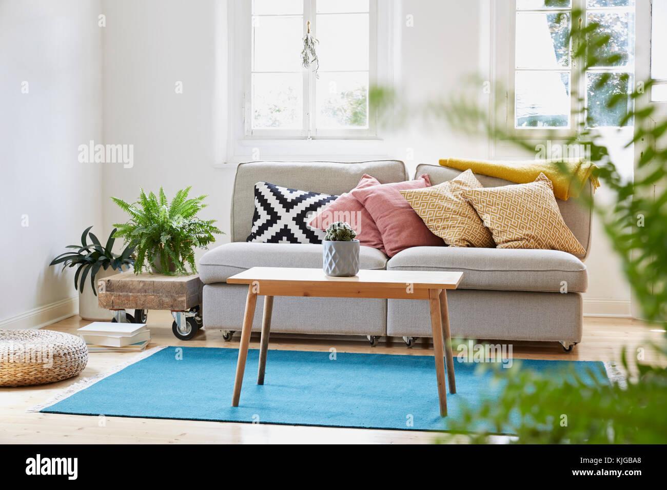 Moderne Helle Wohnzimmer In Einem Alten Landhaus Stockfoto Bild