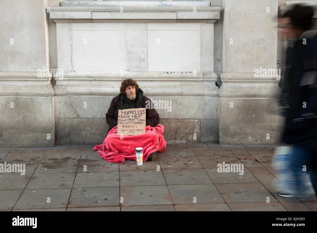 Manchester, Großbritannien. 24 Nov, 2017. Obdachloser mit Karton ...