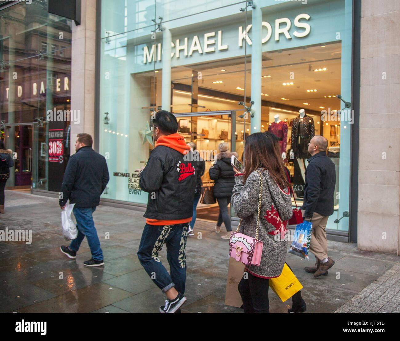 Leute, die Schaufenster der Geschäfte Einzelhandel Fashion Stores in ...