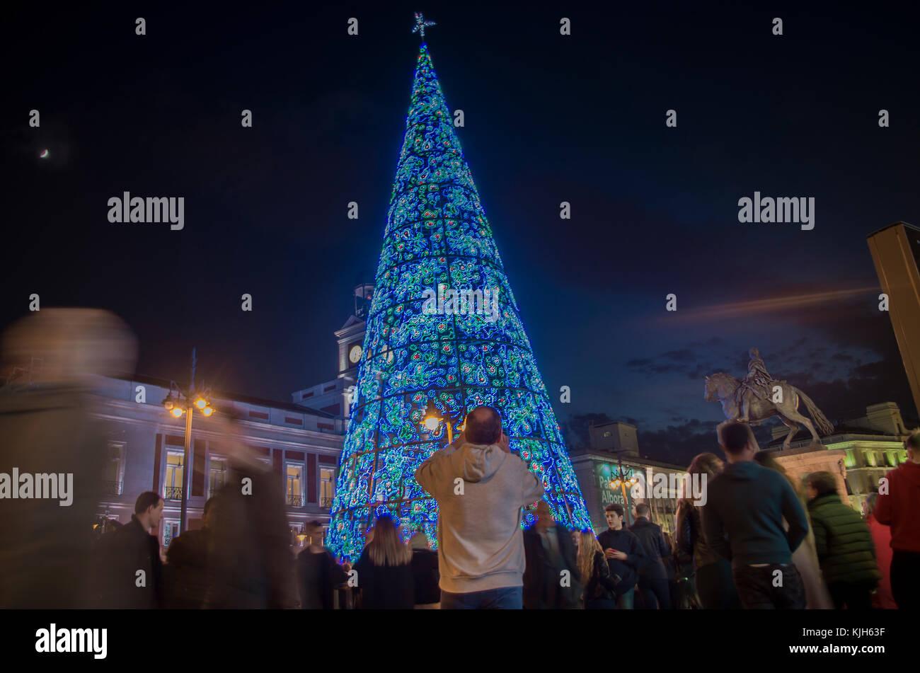 Madrid, Spanien. 24 Nov, 2017. Madrid Bürger versammelten sich in Sol Square die traditionelle Einschalten Stockbild