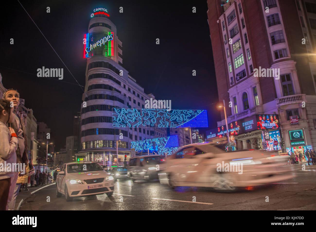 Madrid, Spanien. 24. November 2017. Menschen versammeln sich eine traditionelle massive Christmas Tree lighting Stockbild