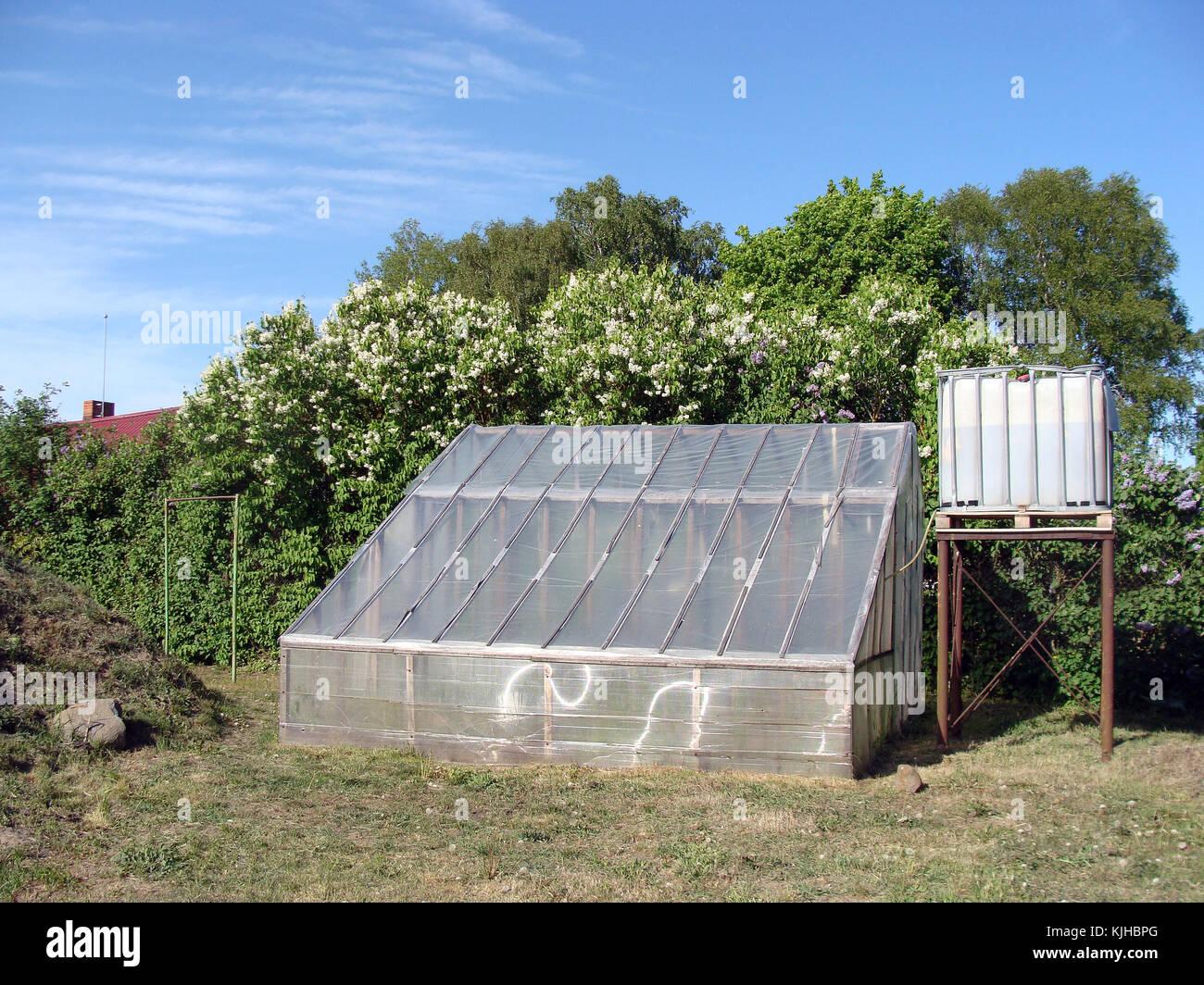 Hausgemachte Kunststoff Gewächshaus Mit Wassertank Auf Turm