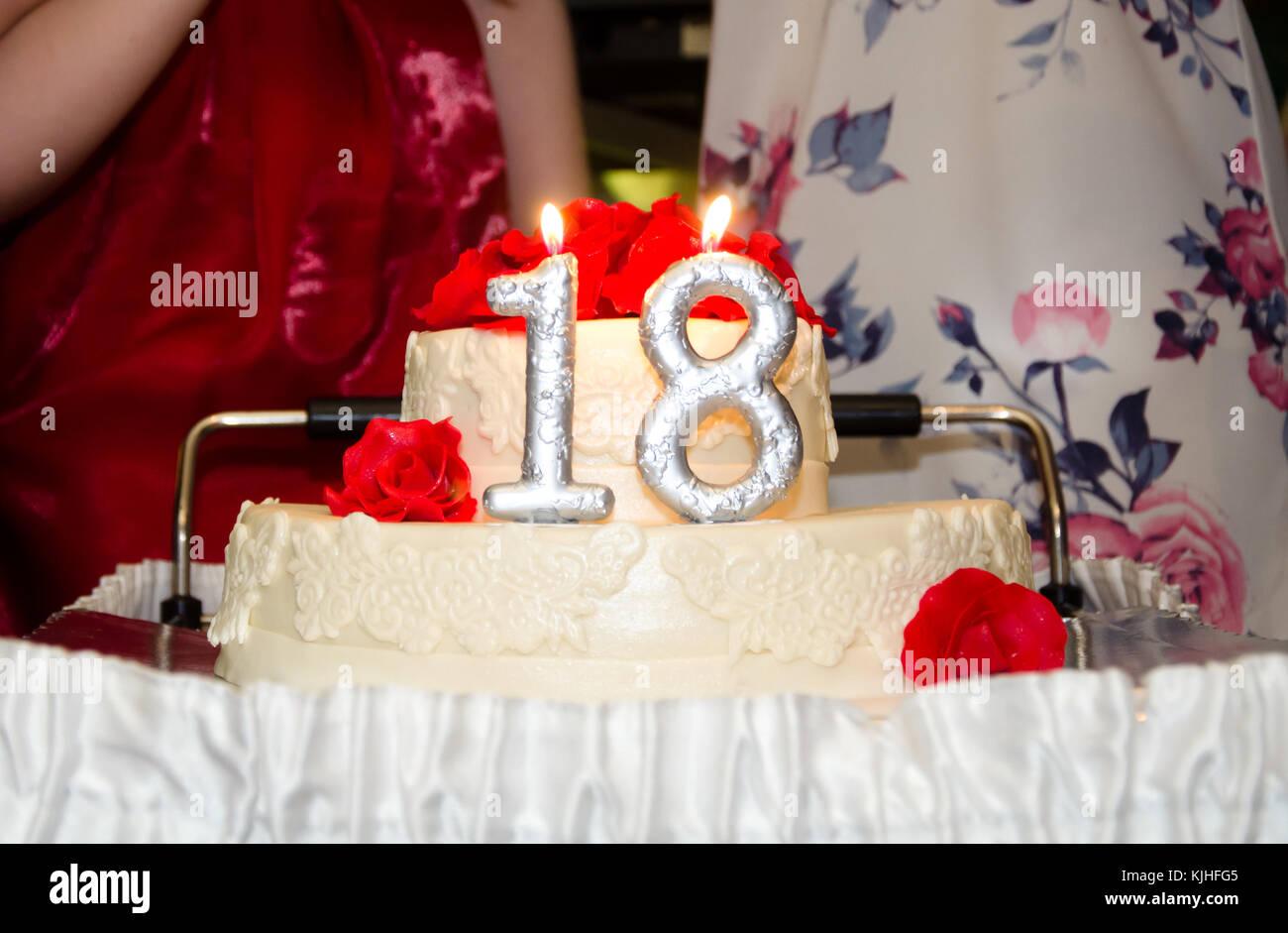 Schonen Geburtstagskuchen Mit Silber Brennende Kerzen Nummer 18 Nahaufnahme Stockbild