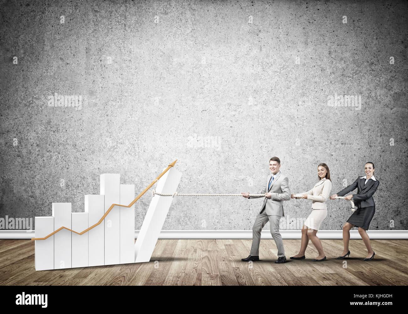 Businessteam in Zusammenarbeit ziehen Diagramm mit Seil als Symbol von Macht und Kontrolle arbeiten Stockbild