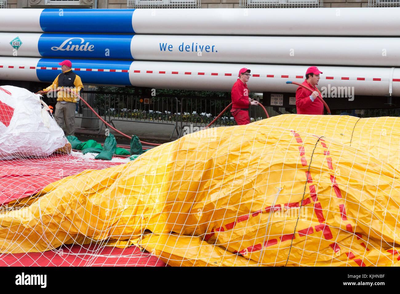 Arbeitnehmer anschickt, Luftballons für den Jahresbericht der Thanksgiving Day Parade von Macy's anzusehen Stockbild