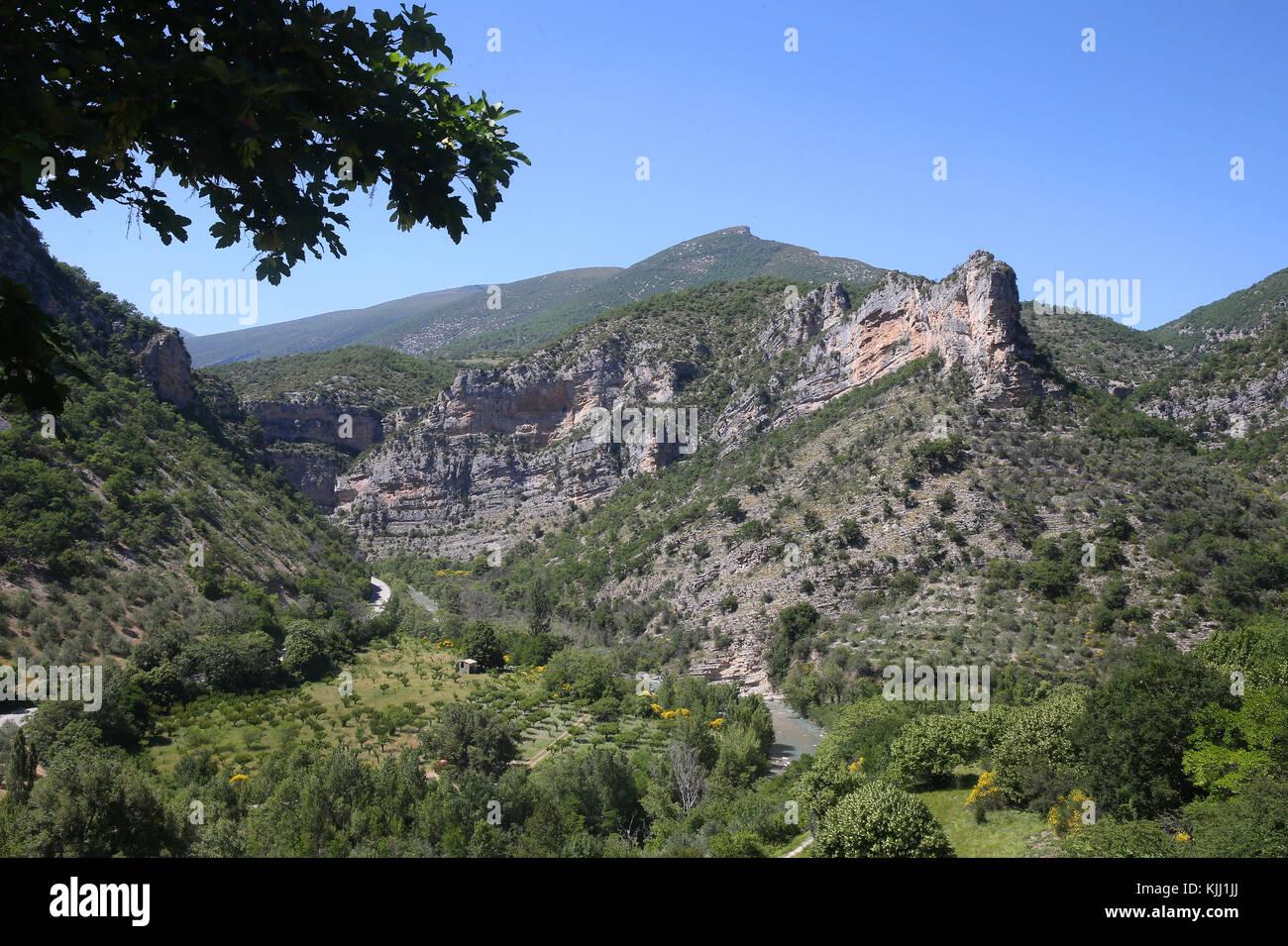 Blick vom Berg ins Tal in der Nähe von remuzat. Frankreich. Stockbild