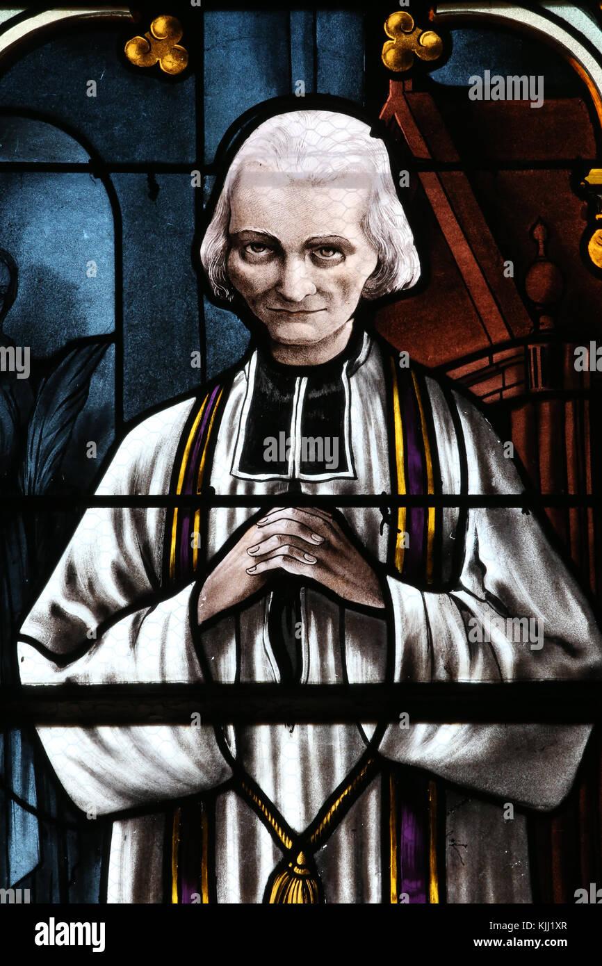 Mezilles Kirche. Glasfenster. Der hl. Johannes Maria Vianney. Pfarrer von Ars. Frankreich. Stockbild