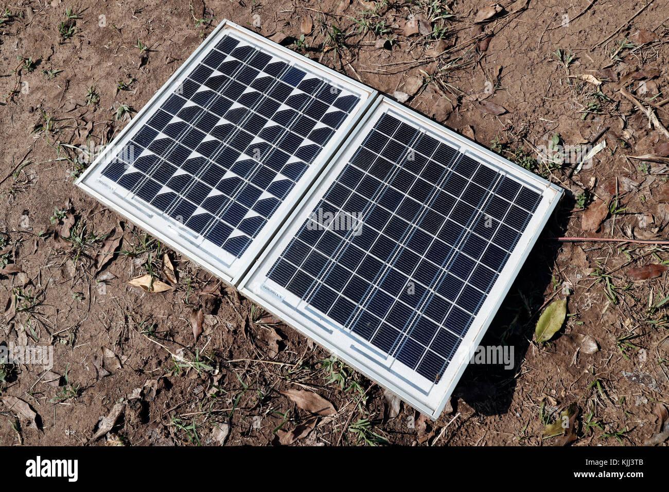 Solar Panel verwendet als alternative Energiequelle zu einem Safari Camp. Masai Mara Game Reserve. Kenia. Stockbild