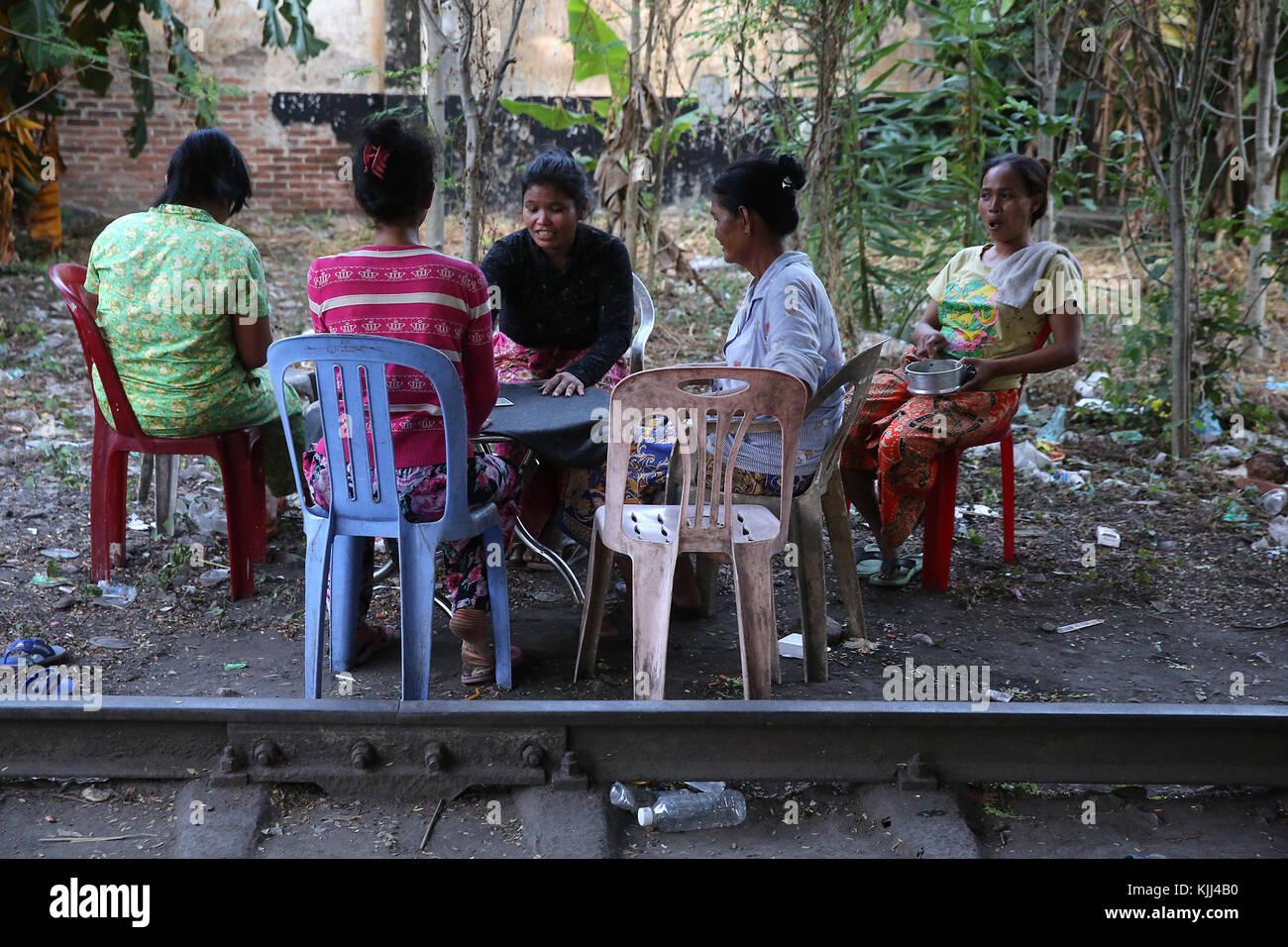 Kartenspiel in einem Slum. Battambang. Kambodscha. Stockbild