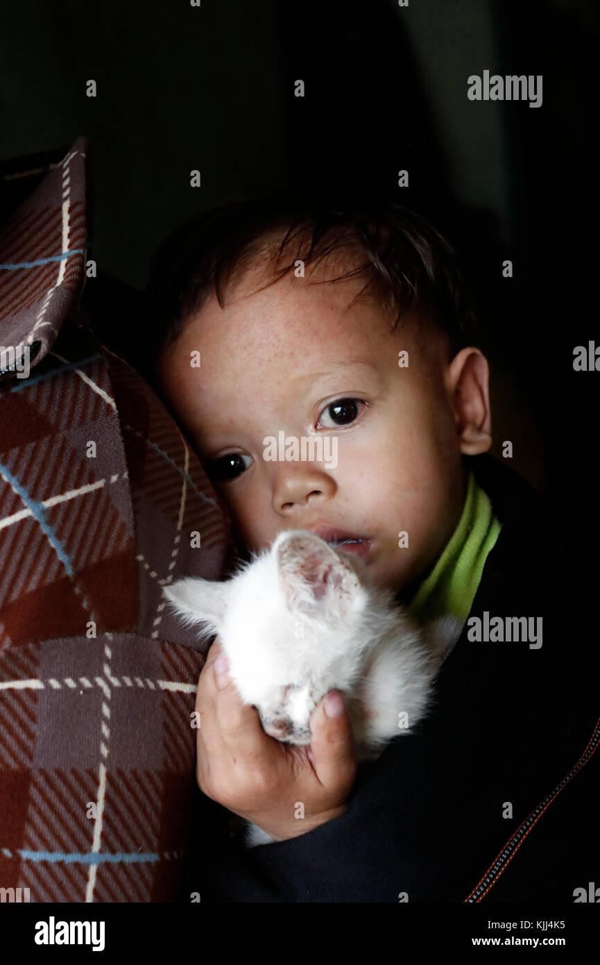 Mutter und ihre Jungen Leiden der Herzkrankheit. Kon Tum. Vietnam. Stockbild