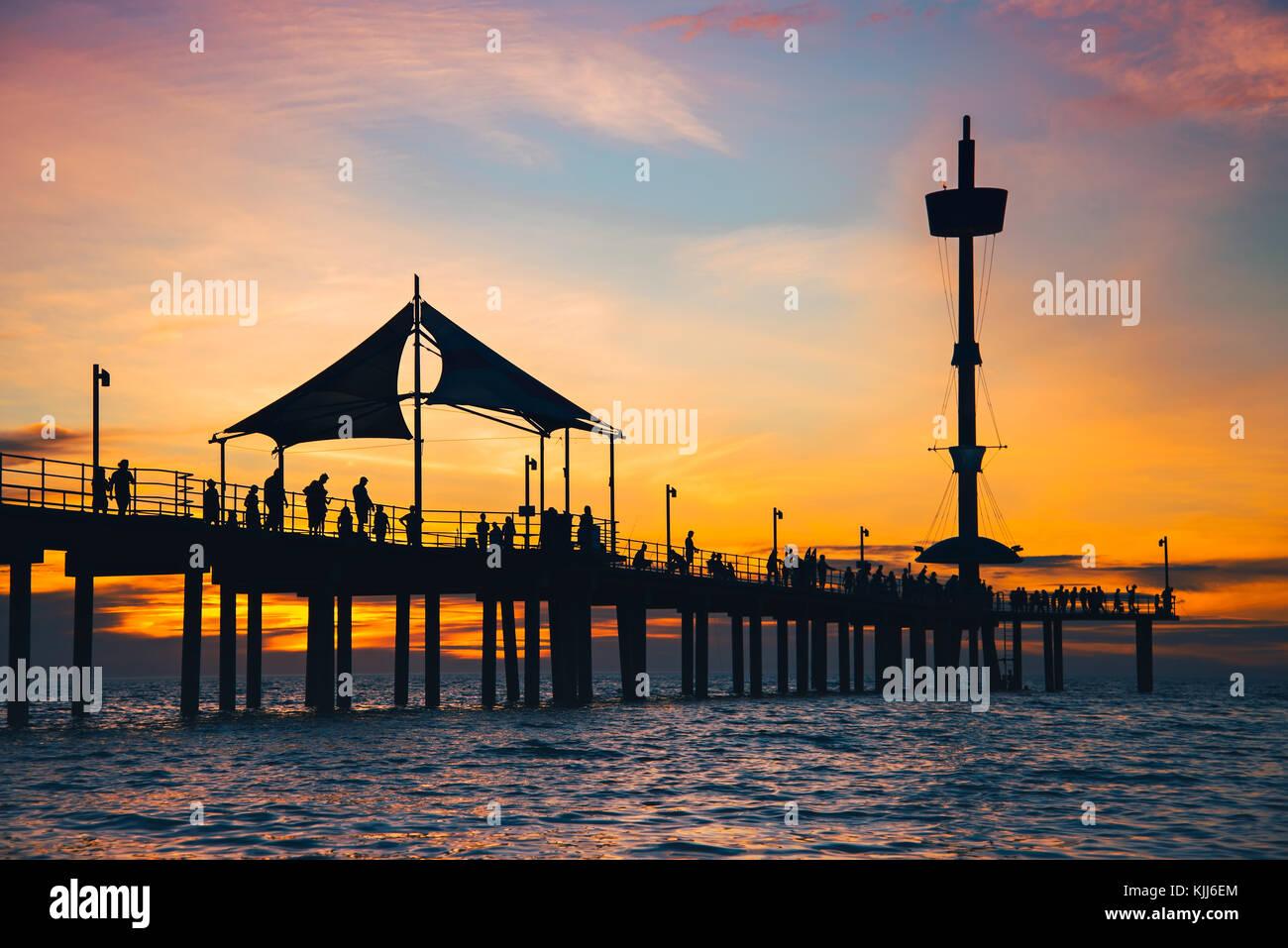 Die Menschen genießen den Sonnenuntergang vom Brighton Pier, South Australia Stockfoto