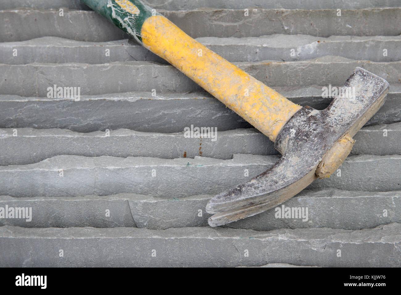 Baustelle. Die dekorativen Natursteinen und Hammer. Frankreich. Stockbild