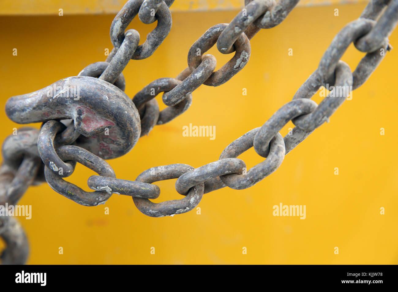 Nahaufnahme von Metall Haken gegen Orange Wand. Frankreich. Stockbild