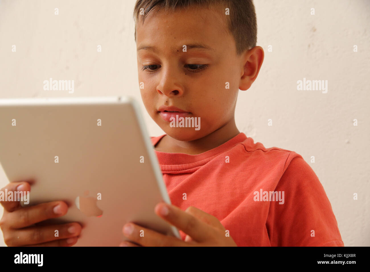 Junge mit einem digitalen Tablet. Stockbild