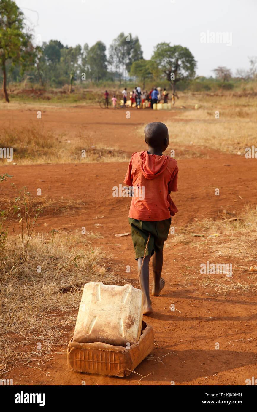 Ugandische Kinder ziehen ein Spielzeug. Uganda Stockbild