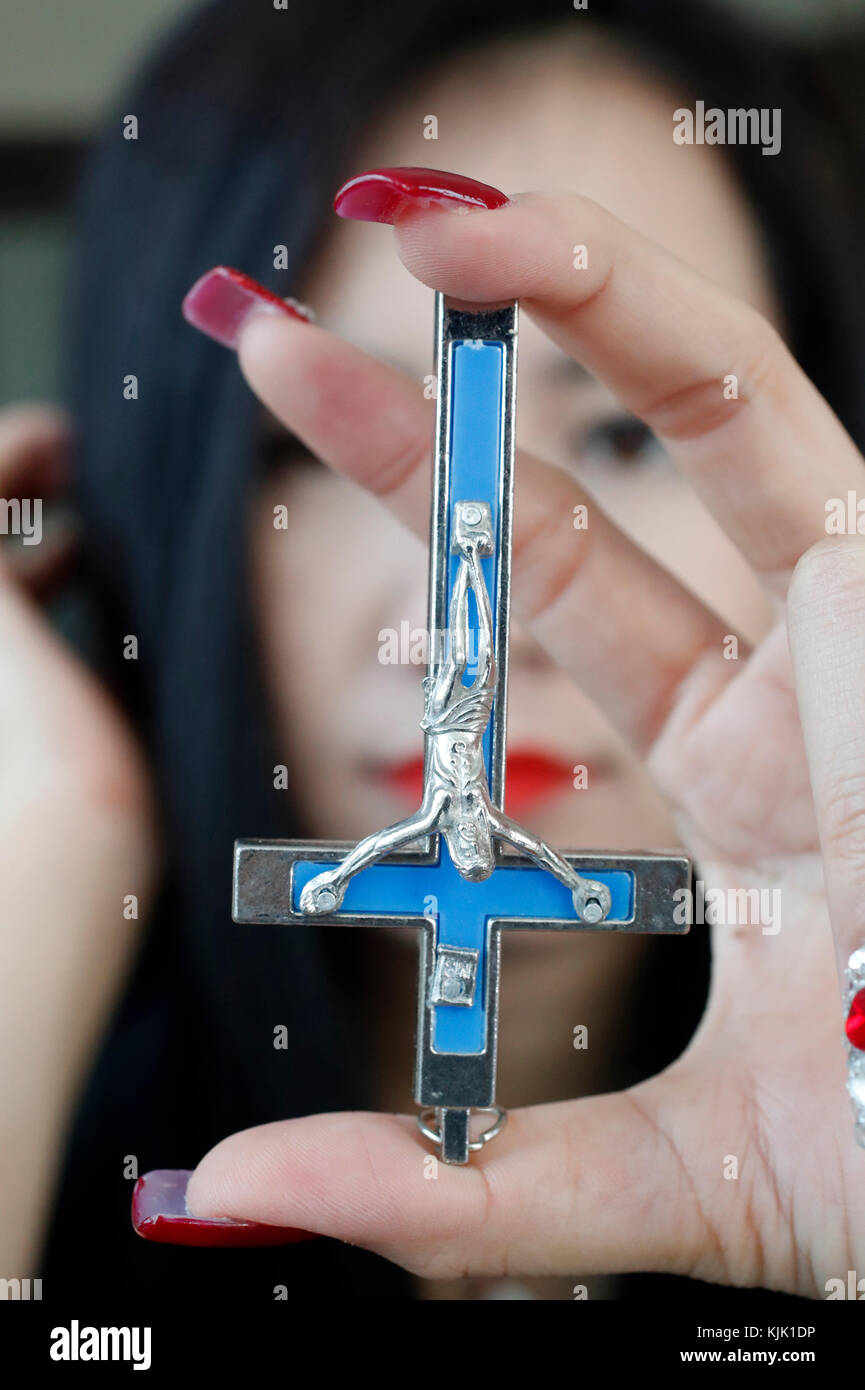 Frau mit invertierten Kreuz als Symbol des Atheismus, Humanismus und der okkulten. Ho Chi Minh City. Vietnam. Stockbild