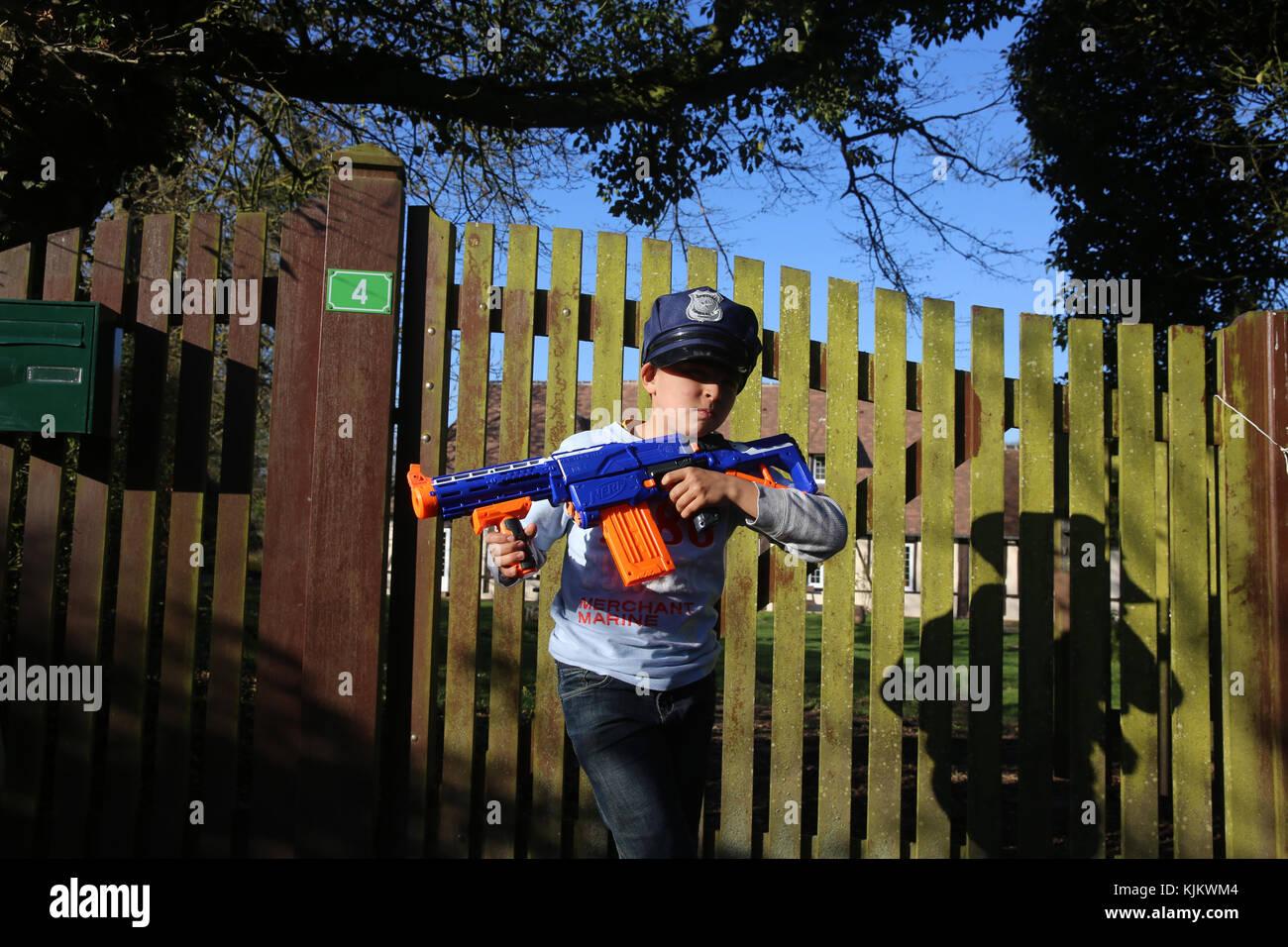 Junge spielt mit einer Spielzeugpistole. Frankreich. Stockbild