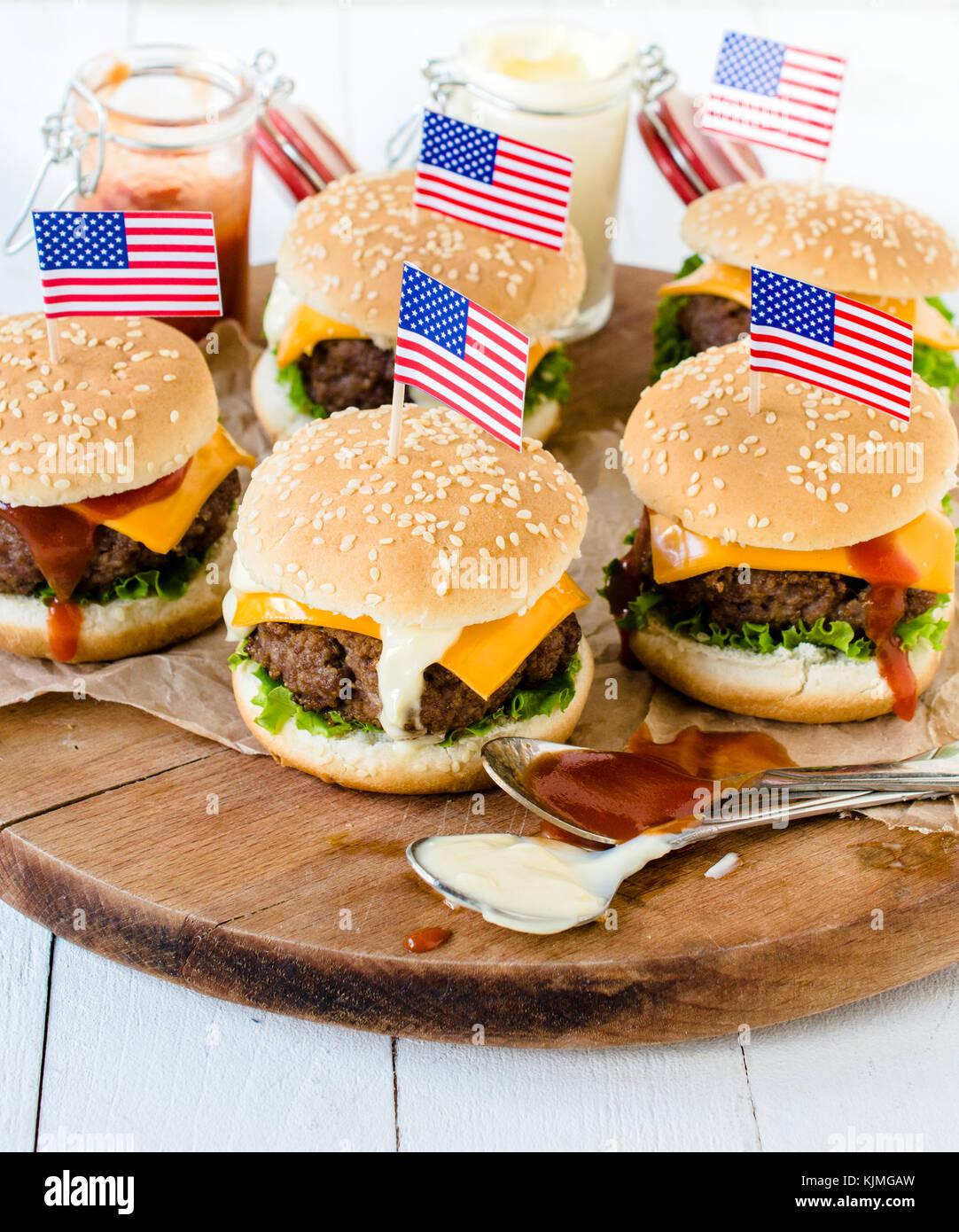 amerikanische mini rindfleisch burger mit k se und usa. Black Bedroom Furniture Sets. Home Design Ideas