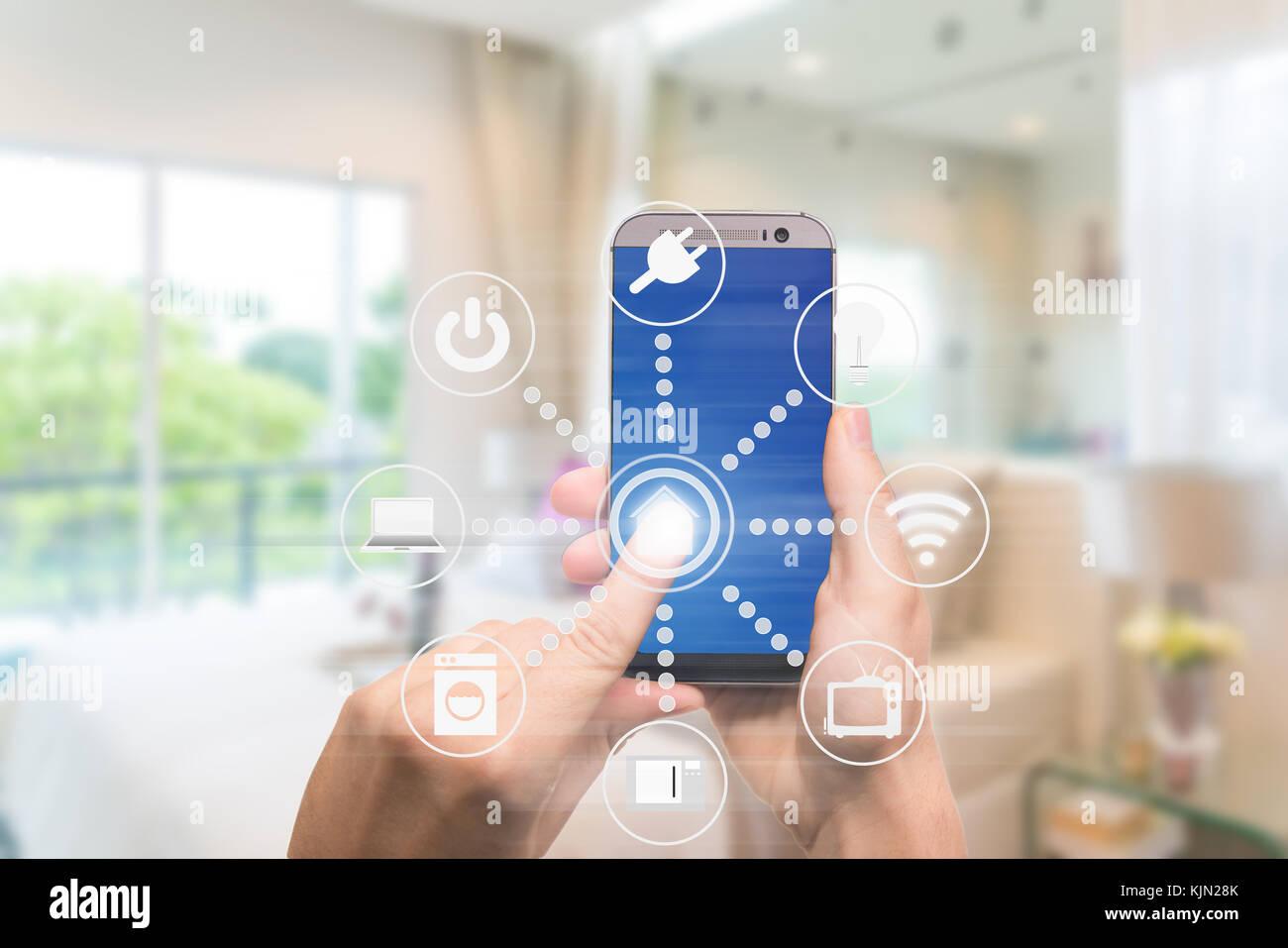 Smart Home Automation app auf mobile mit Home Interior im ...