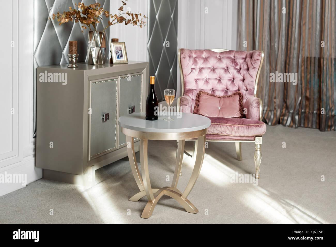 luxuriose rosa samt sessel antik geschnitzte mobel klassischen interieur serviert wein im stilvollen restaurant warten auf ein gast