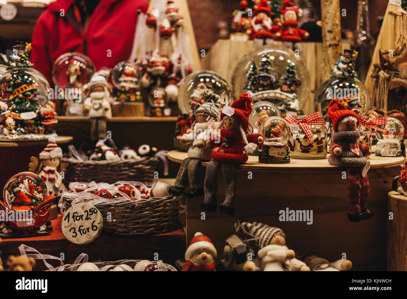 Weihnachten Und Christbaumschmuck Auf Verkauf Zu Einem Im Winter