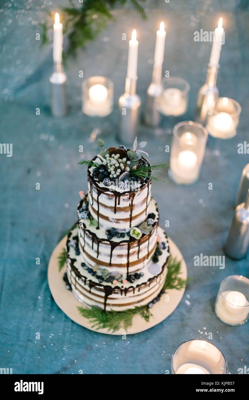 Behandlung, Urlaub, Süßwaren Konzept. gteat 3 Tier Geburtstag Kuchen mit Blätter und Blüten, Stockbild