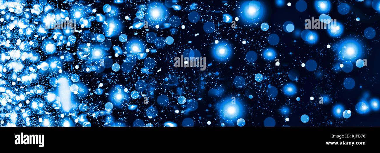 Schneefall in der Nacht. Neues Jahr Weihnachten. auf einem schwarzen Hintergrund, weiße und flauschige Schneeflocken. Stockbild