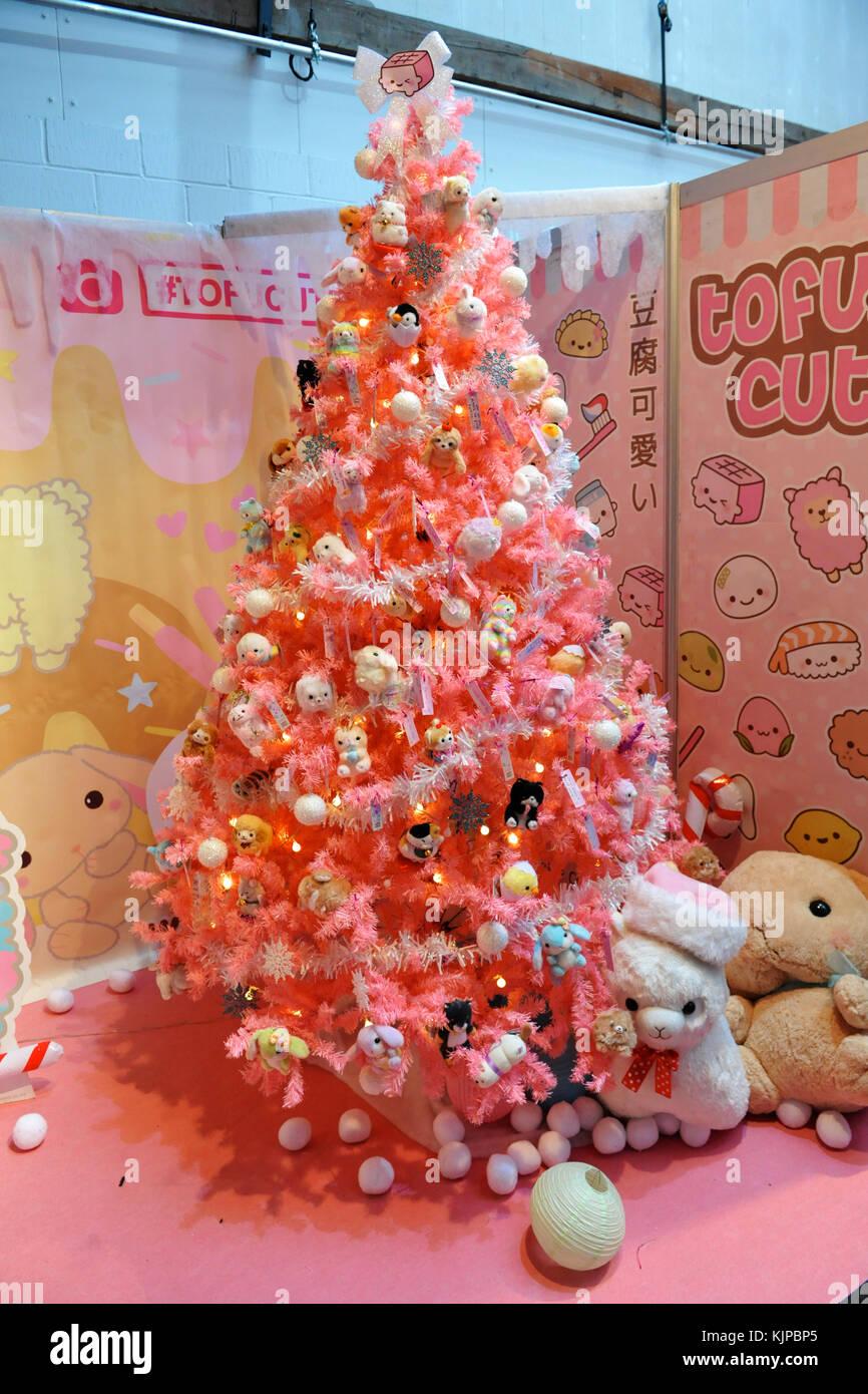 London, Großbritannien. 24. November 2017. Ein kitsch Weihnachtsbaum ...