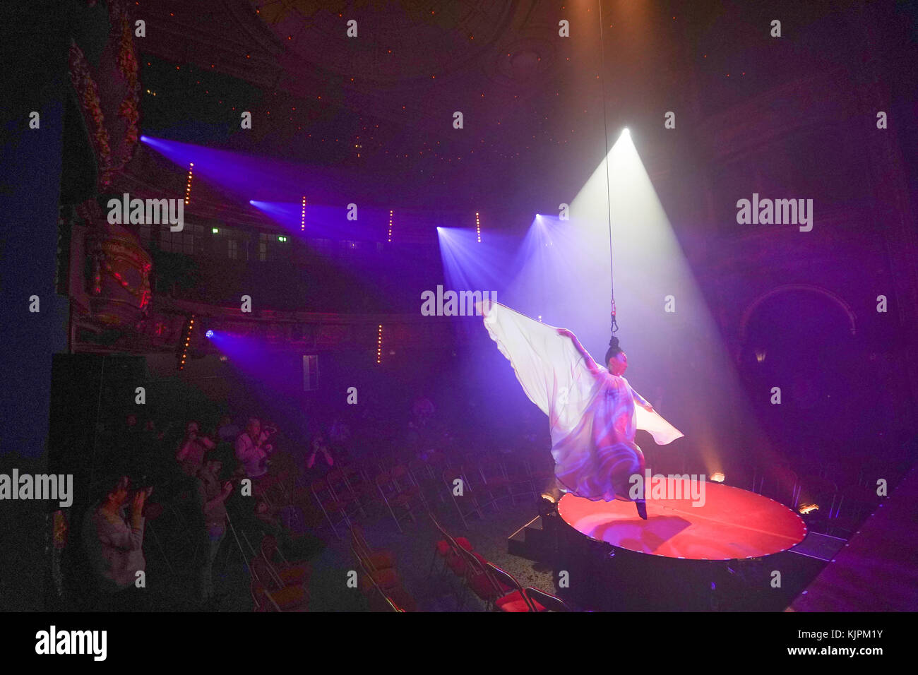 London, Großbritannien. 27 Nov, 2017. fancy Chance, hairhang, Teil von La Soiree, Olivier award-winning Play, Stockbild