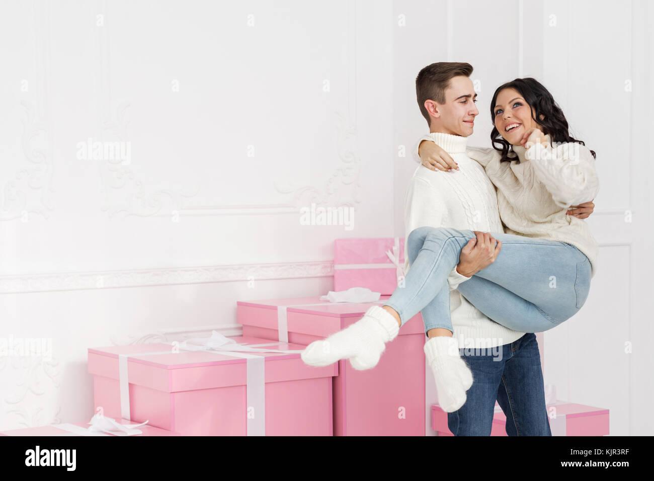Frohe Weihnachten Freundin.Paar Teenager Die Neben Der Geschenke Er Hält Seine Freundin In