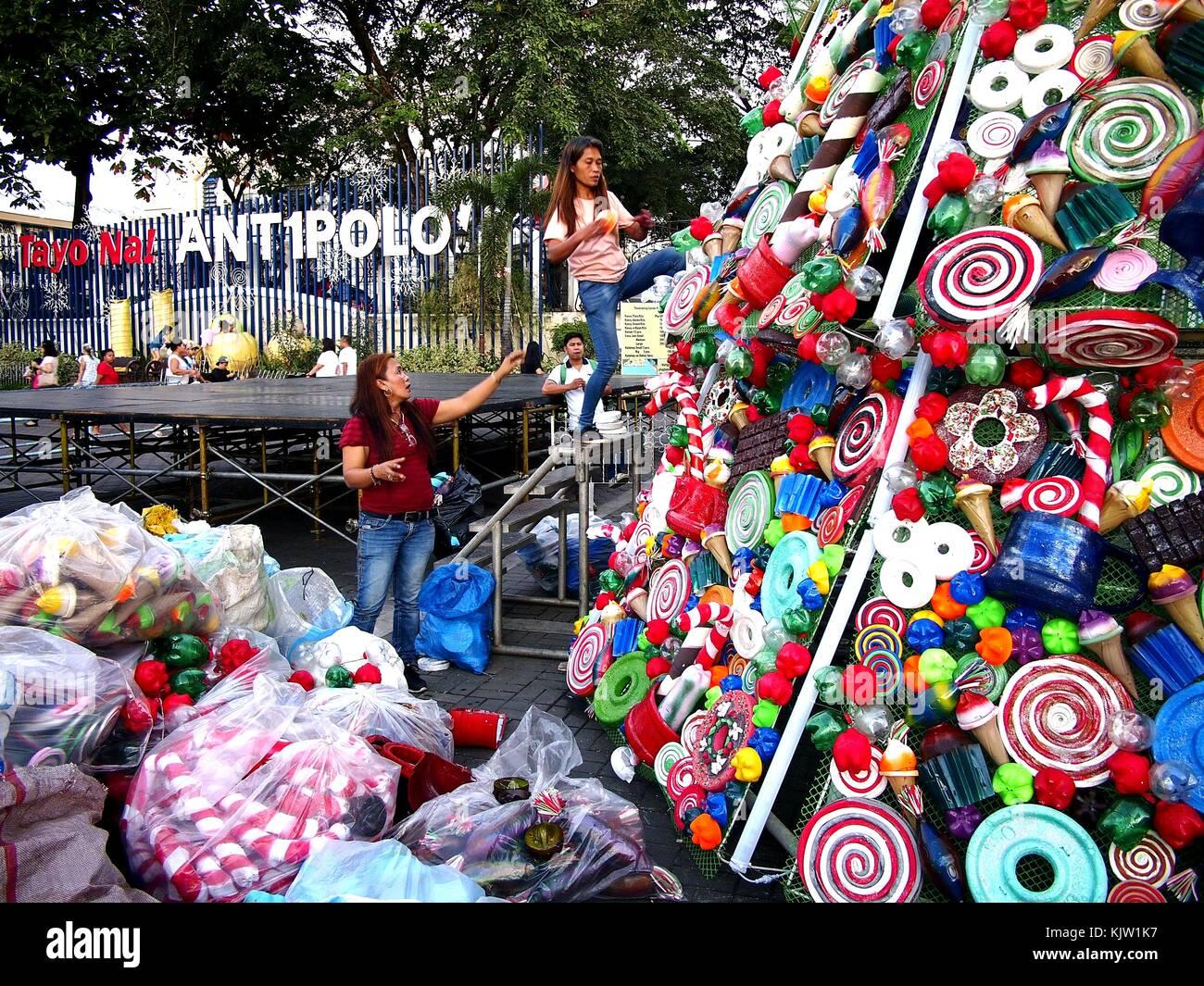 antipolo city philippinen 25 november 2017 arbeitnehmer schm cken ein riesiger. Black Bedroom Furniture Sets. Home Design Ideas