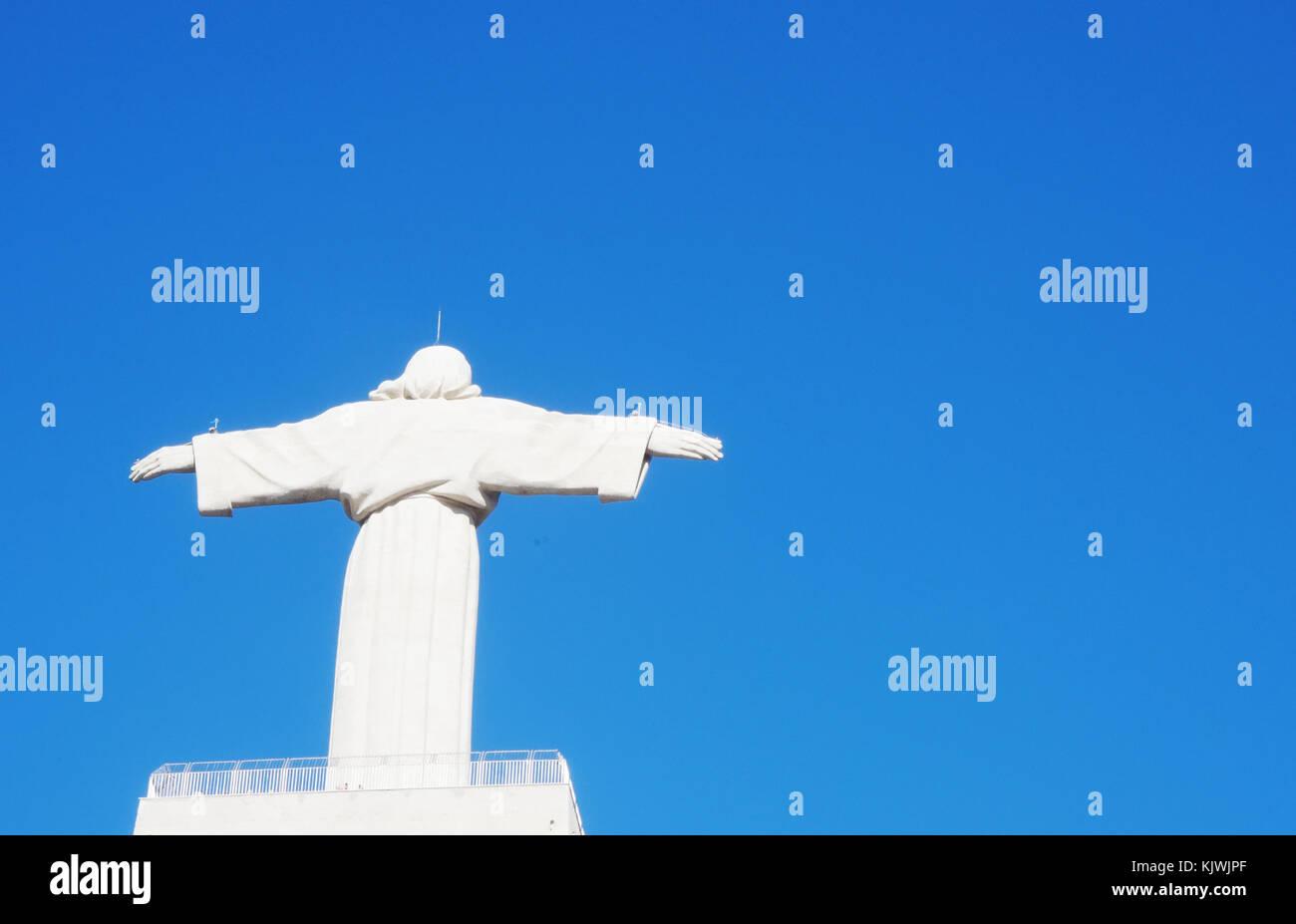 """Blick auf die historische Statue """"Cristo Rei"""" von Almada in Portugal Stockbild"""
