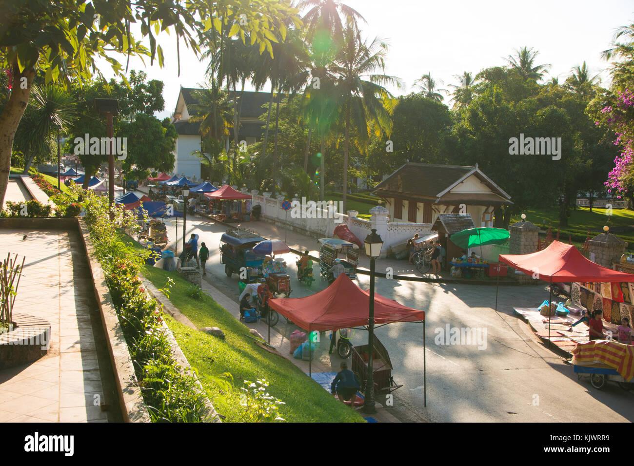 Anfang der Nachtmarkt in Luang Prabang bei Sonnenuntergang Stockbild