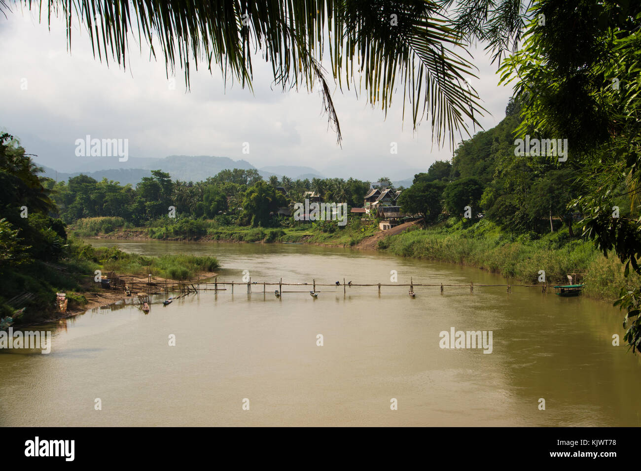 Gebäude der Bamboo Brücke über den Nam Khan in Luang Prabang, Laos Stockbild