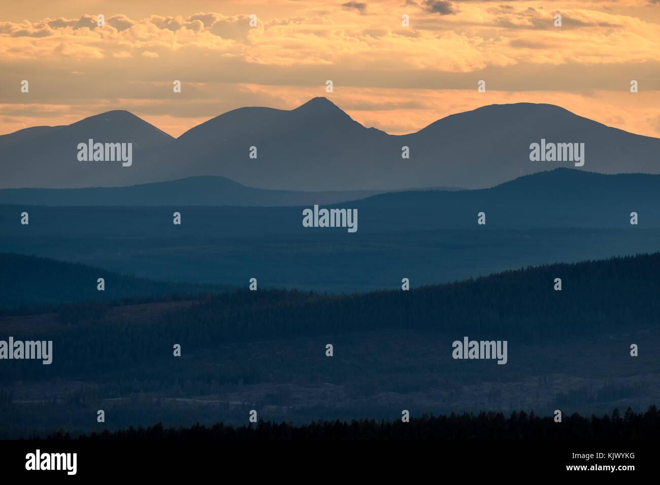 2-in-1-Berge bei Sonnenuntergang Stockbild