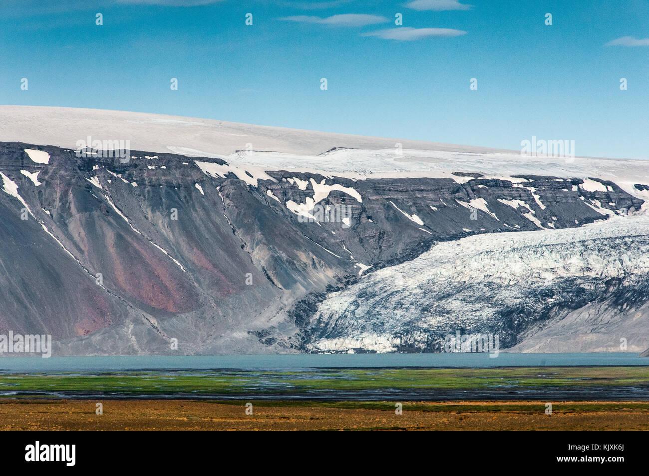 Ein Gletscher stammt von einem Ice Cap zu einem See in der Nähe der F35 Road im Zentrum von Island Stockbild