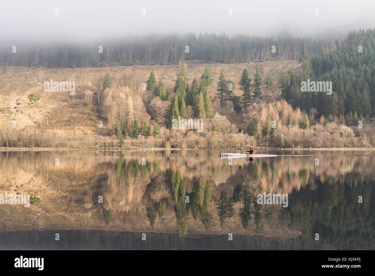 Reflexionen eines Kajaker auf Loch Lubnaig, Callander, Schottland, UK Stockbild