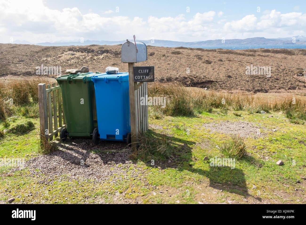 Wheelie Bins in einem abgelegenen schottischen Ort Stockbild