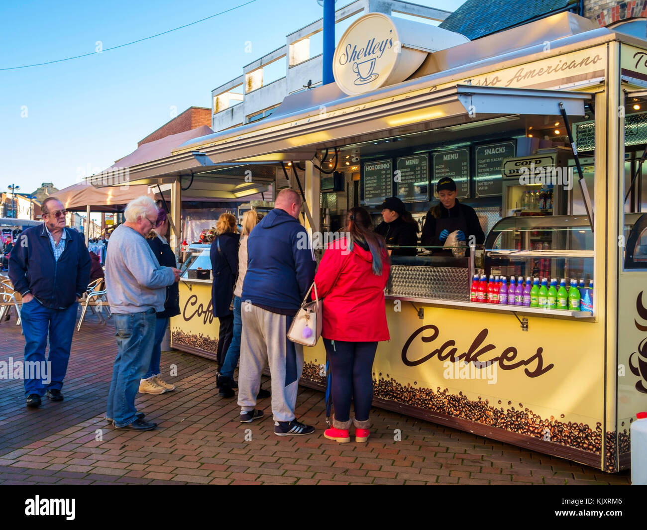 Die Menschen in der Warteschlange für Essen und Trinken zu Shelley's Diner fast food in der wöchentliche Markt Redcar Stockfoto