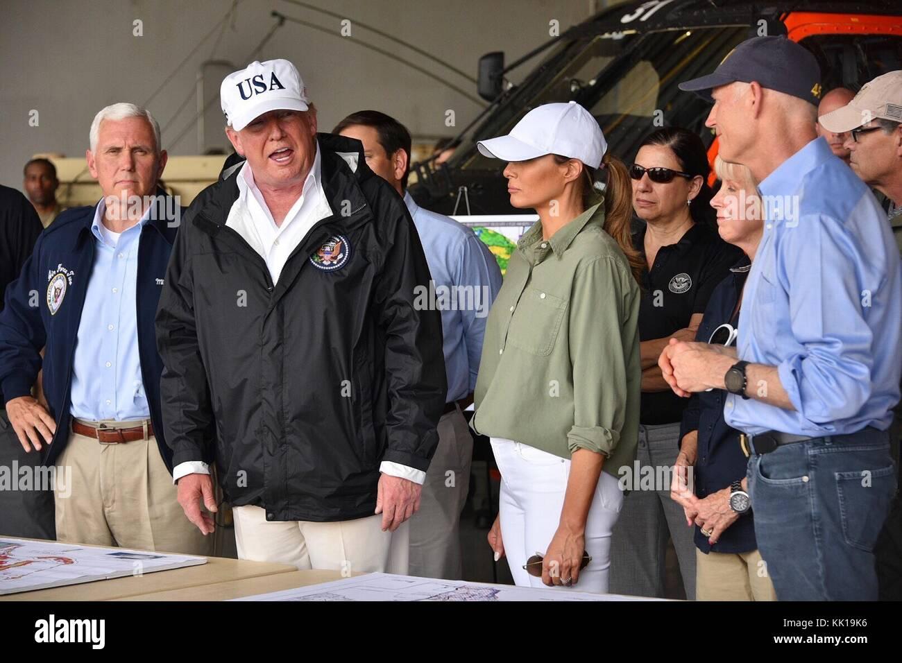 Us-Präsident Donald Trump spricht mit Ersthelfer bei einem Besuch in der Nachmahd des Hurrikans Irma am 14. Stockbild