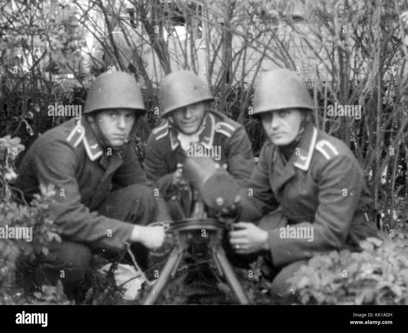 Luftwaffe machine gun crew Tschechische Helme Stockfoto