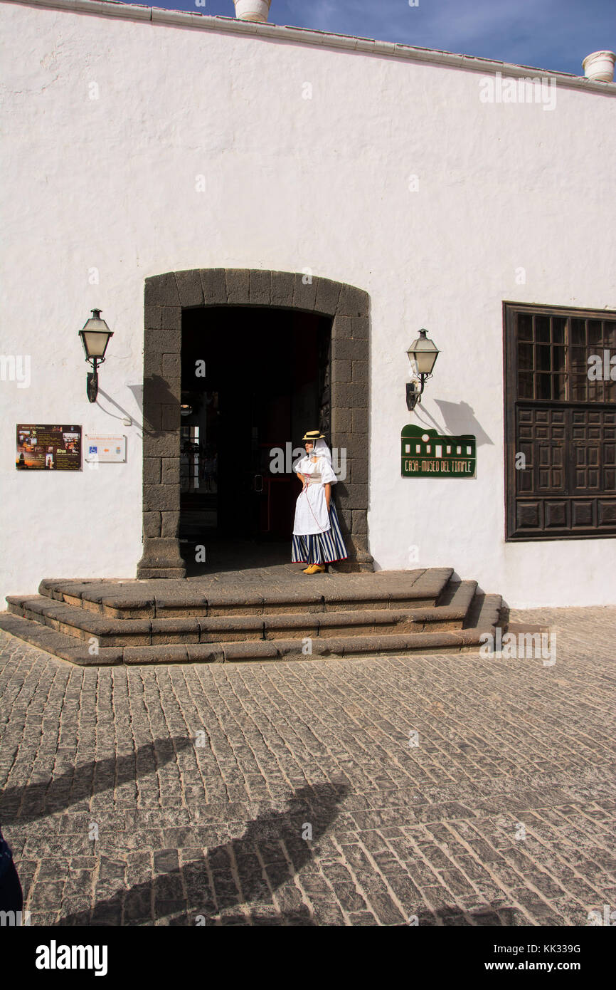 Frau in traditioneller Kleidung stehen auf den Stufen des Museo del Timple in Teguise Hauptplatz Lanzarote die Kanarischen Stockbild