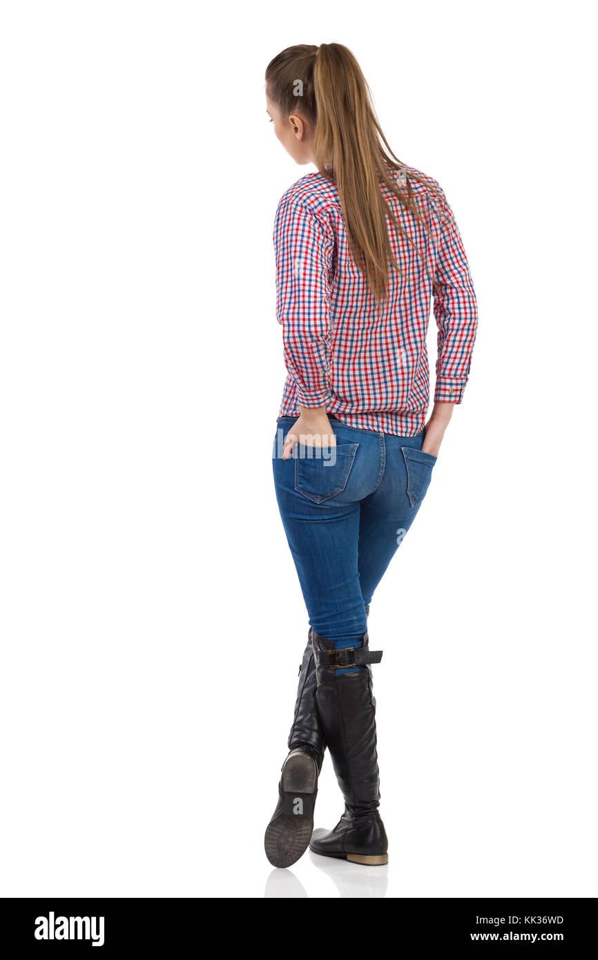 Junge Frau in Jeans, schwarze Stiefel und Holzfäller Hemd